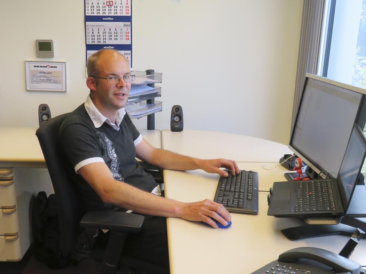 VRH-collega Robin Veninga zittend achter bureau