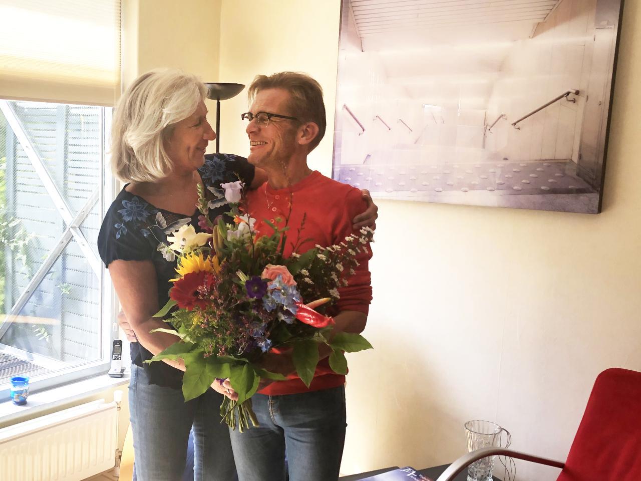 Geneeskundige meldkamer geeft slachtoffer van hartstilstand een bosje bloemen