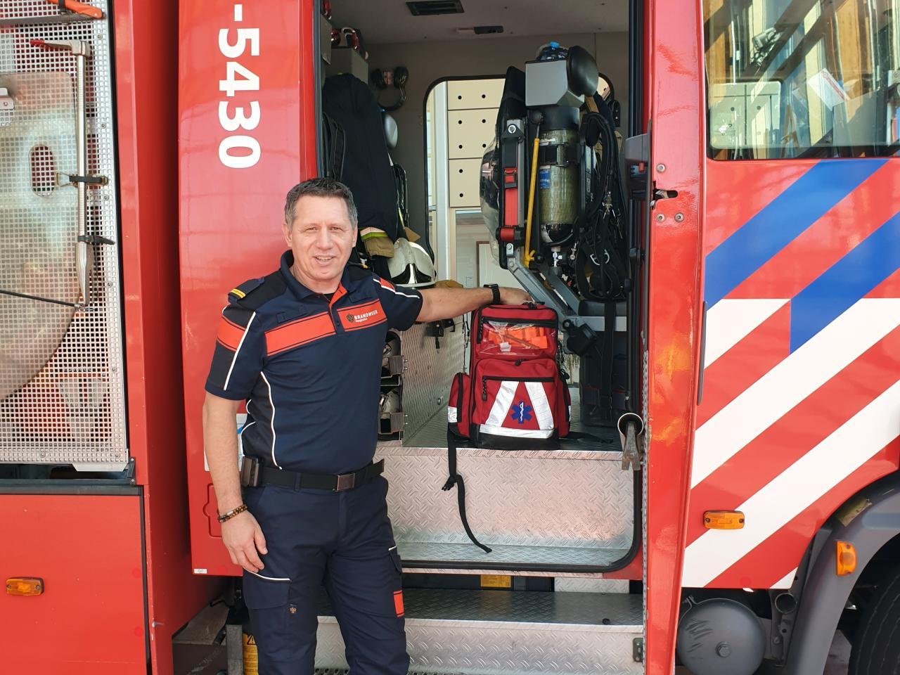 Brandweerman Wilco van Eldijk voor brandweerwagen