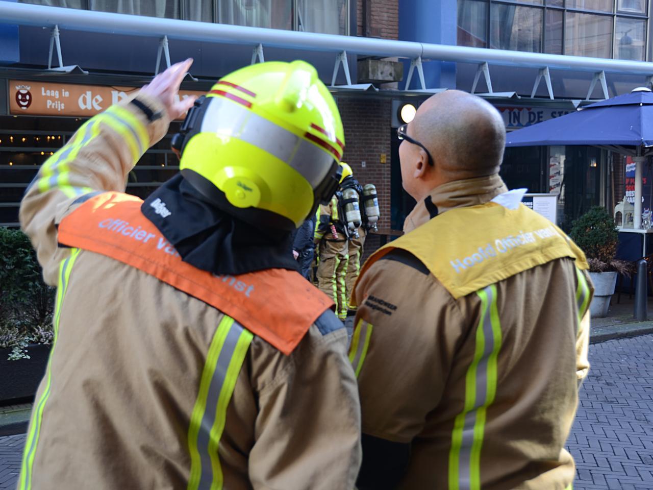 Overleg brandweermensen bij incident op de Gedempte Gracht in Den Haag