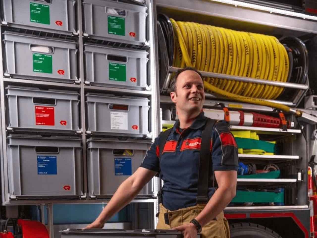Vrijwillig brandweerman Gideon Harms poseert op werkplaats