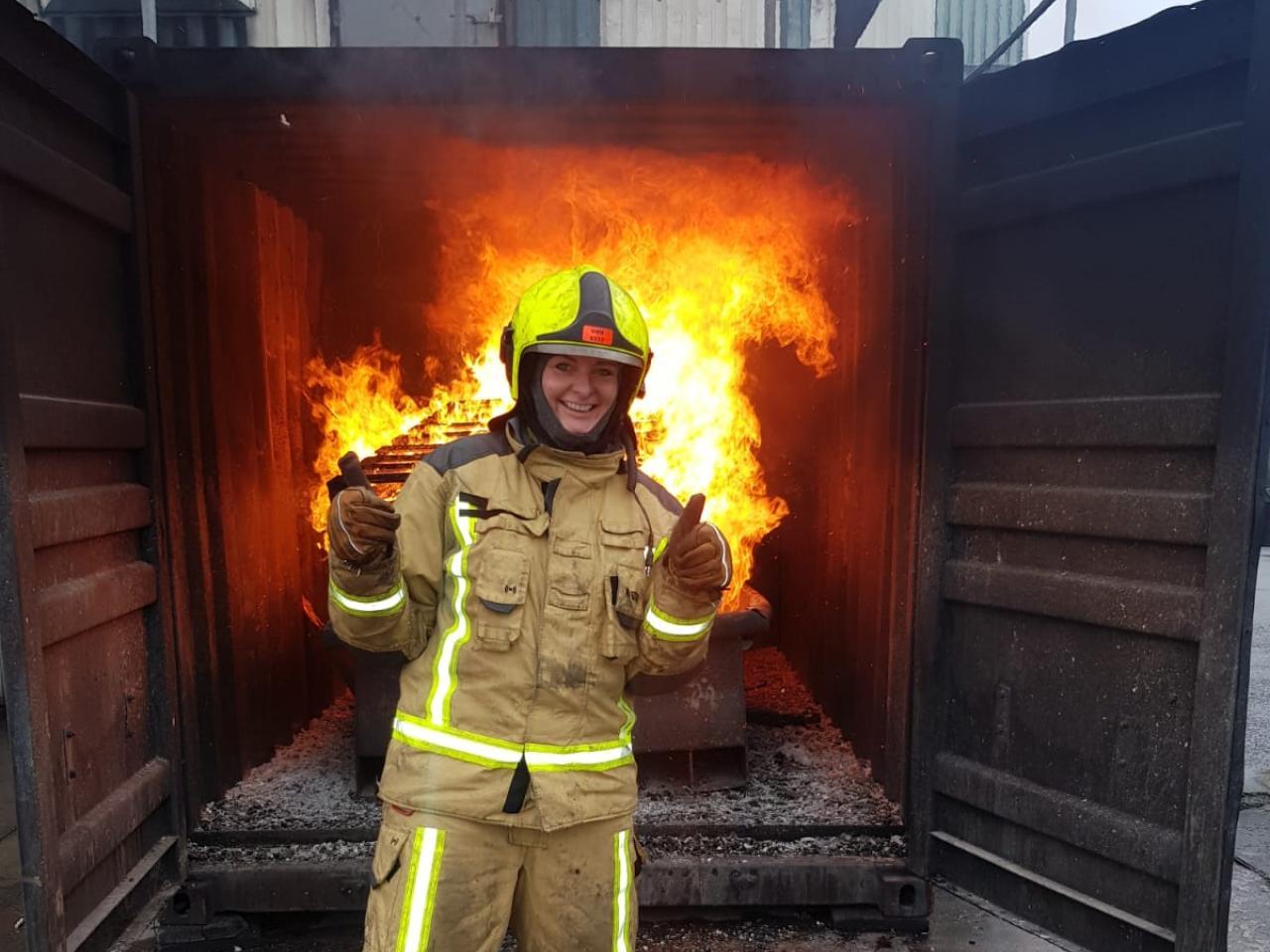 Vrijwillig brandweervrouw Marije tijdens een oefening voor haar opleiding