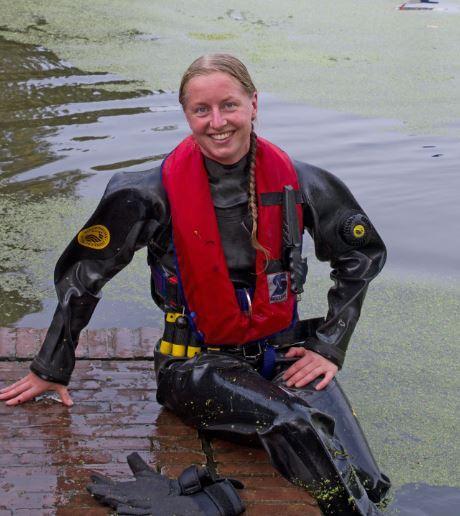 Duikster Angela van de brandweer in het water