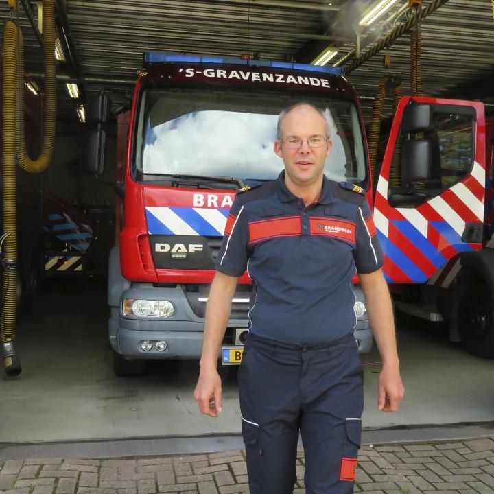 VRH-collega Robin Veninga voor brandweerwagen