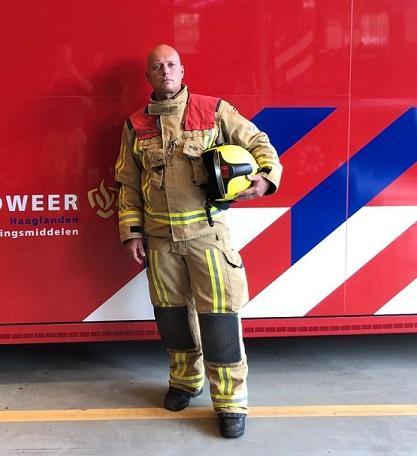 Brandweerman poseert voor dompelcontainer