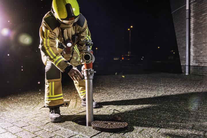 Brandweer bij brandkraan