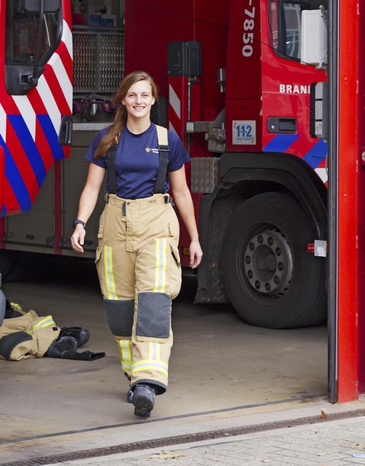 Brandweervrouw Anouk Mentink loopt kazerne uit
