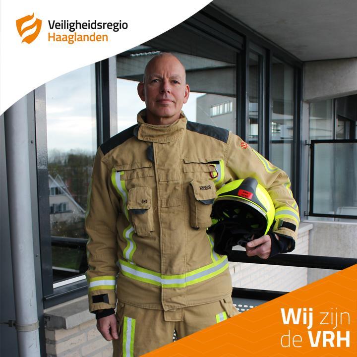Vrijwilliger in opleiding Peter van den Berg poseert in uitrukkleding