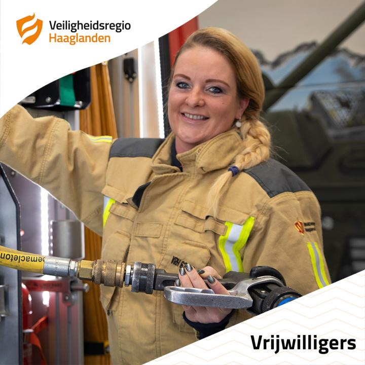 Marije Boekestein is brandweervrijwilliger en poseert bij een tankautospuit