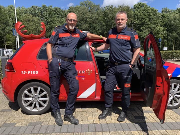Ron en Edwin bij de brandweerauto