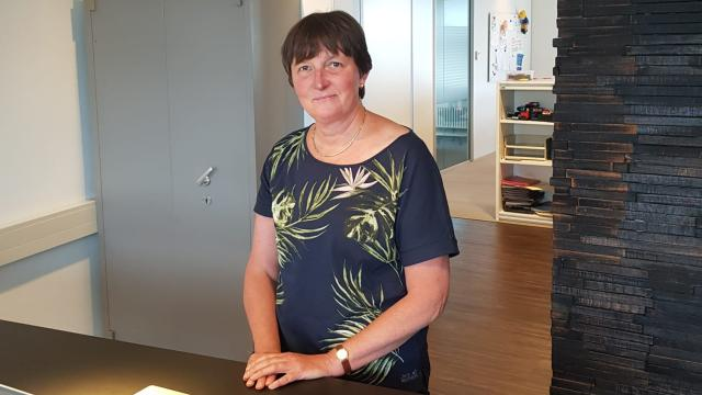 VRH-collega Ellen poseert staand bij een bureau